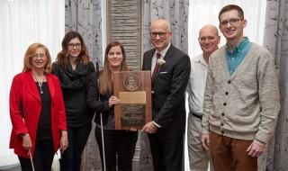 """Apple récompensée du prix """"Louis Braille"""" pour l'accessibilité de ses produits"""
